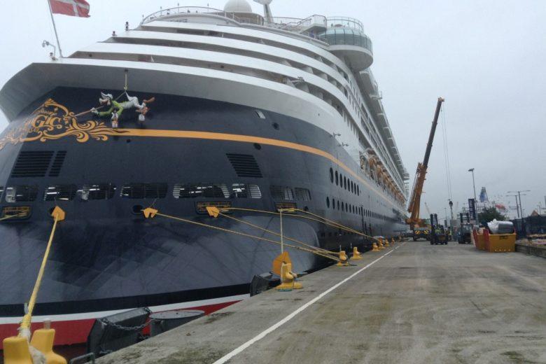 Crane-hire-ship
